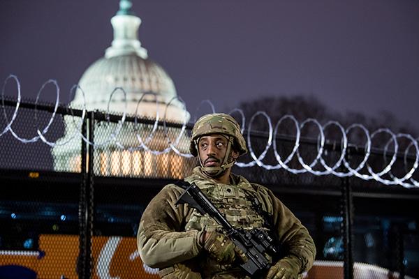 当地时间2021年1月15日,美国华盛顿特区,美国当选总统的就职典礼持续准备中,国会大厦外有大批国民警卫队驻守维护安全。人民视觉 图