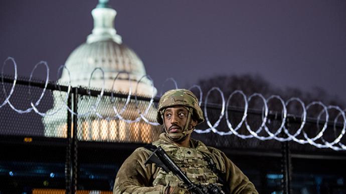 """FBI警告本周末开始全美或爆发""""武装抗议"""",各地高度戒备"""
