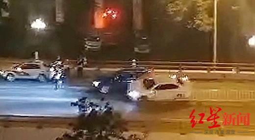 嫌疑人撞车视频截图