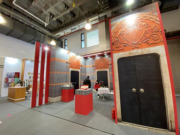 上海创意产业博览会因为档期实在排不过来,而被安排在跨年举行,图为创博会上的红色文创展区。