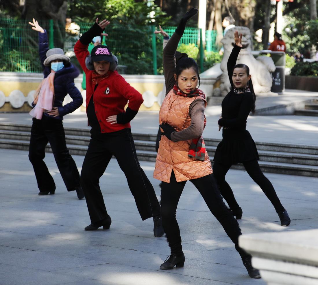1月12日,广州迎来久违的阳光,白天最高气温回升到14℃。市民趁着阳光明媚在人民公园溜娃、跳舞、健身,尽情地享受冬日暖阳。符超军/视觉中国 图