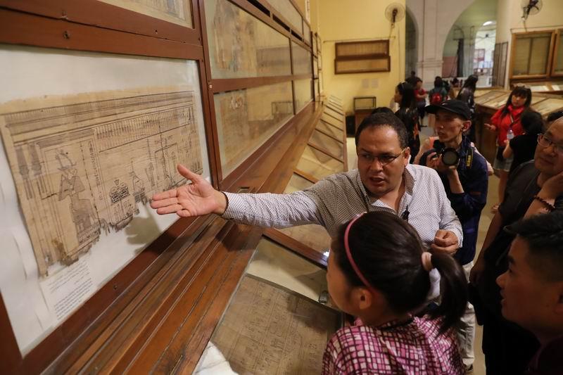 在埃及博物馆,导游