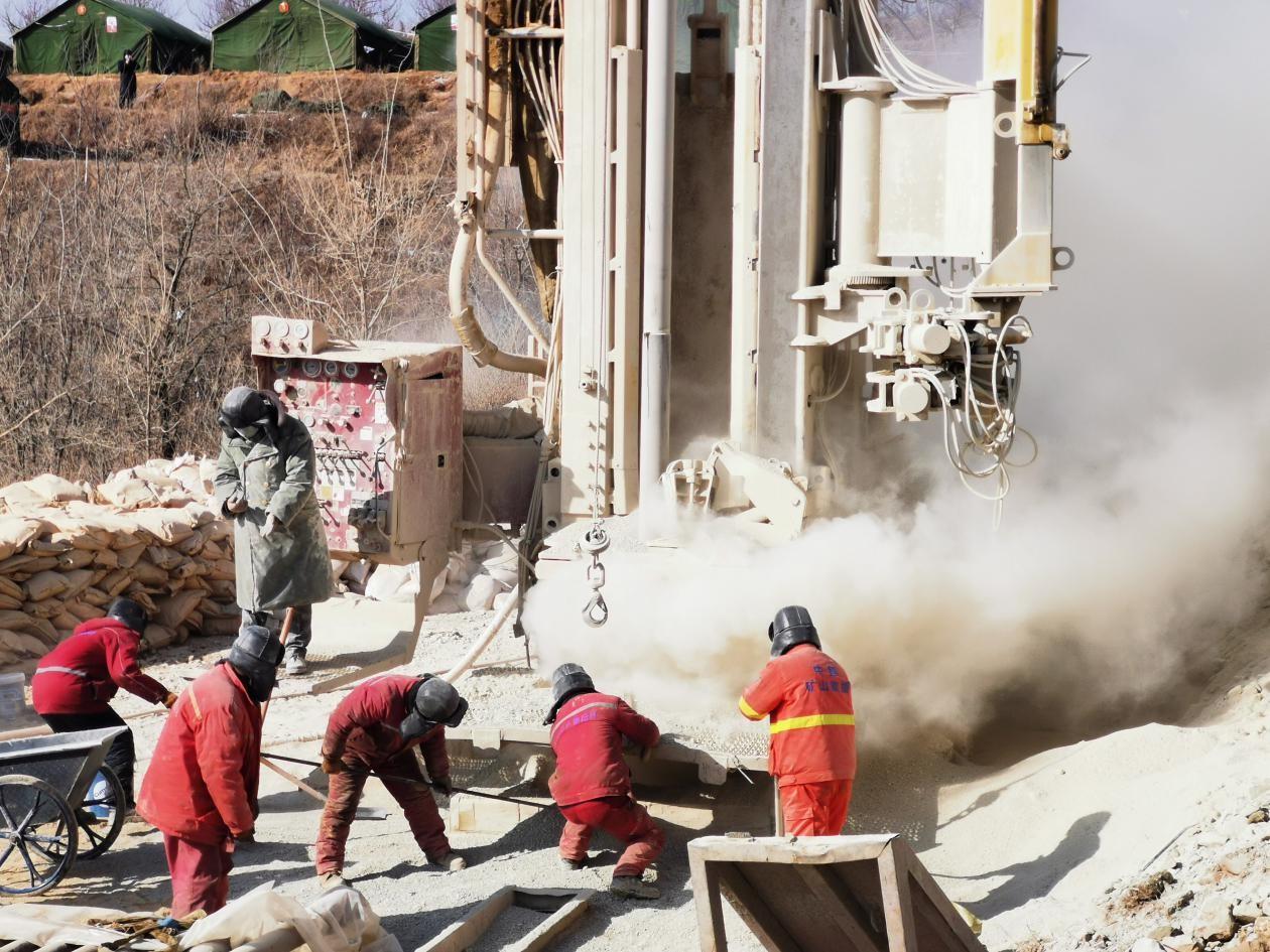 救援现场工作人员正在钻井作业 本文图片均由澎湃新闻记者 张家然 图
