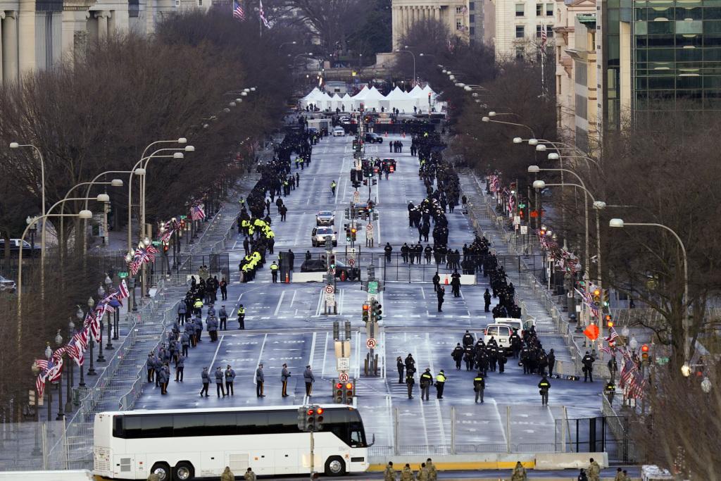 """华盛顿宾夕法尼亚大道两旁没有以往就职典礼时的""""人山人海""""。"""