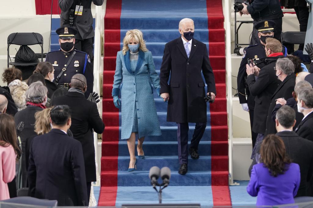 当地时间1月20日,拜登及其妻子走入宣誓典礼会场。 本文图片来源:澎湃影像
