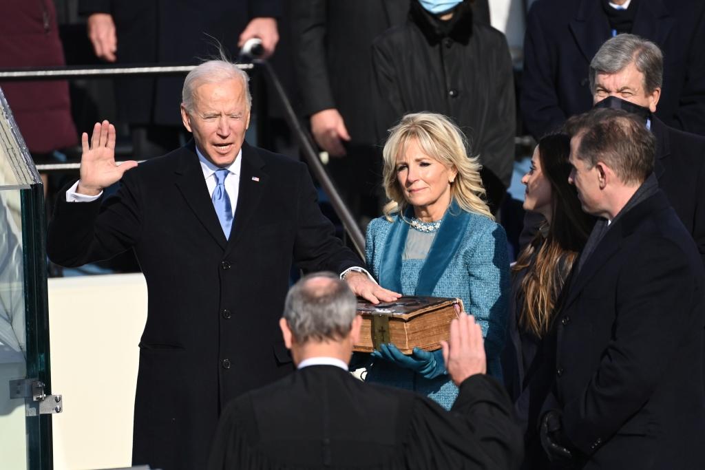 拜登宣誓就职。