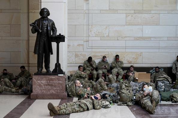 拜登就职前夕华盛顿戒严升级,国民警卫队在国会大厦内席地而睡。