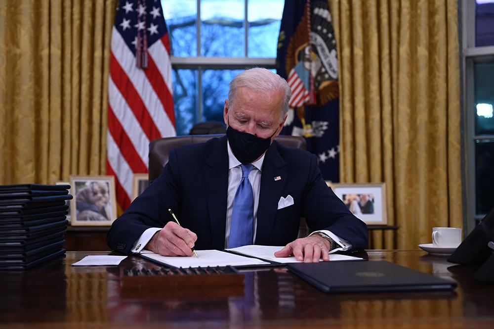 当地时间2021年1月20日,美国华盛顿,美国总统拜登在白宫签署一系列行政令。人民视觉 图