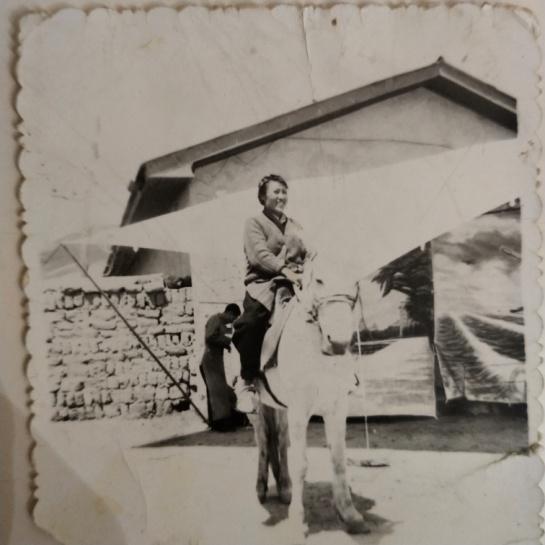 外婆扎西拉姆在马上 拍摄时间:1973年 拍摄地点:西藏自治区拉萨市当雄县羊八井转运站部队