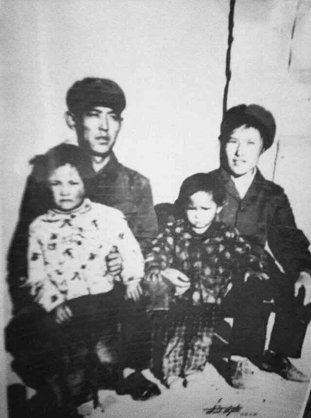 拍摄时间:1978年 拍摄地点:西藏自治区拉萨市当雄县羊八井转运站部队 第一排:姨妈(白衣) 妈妈(右) 第二排:外公 外婆