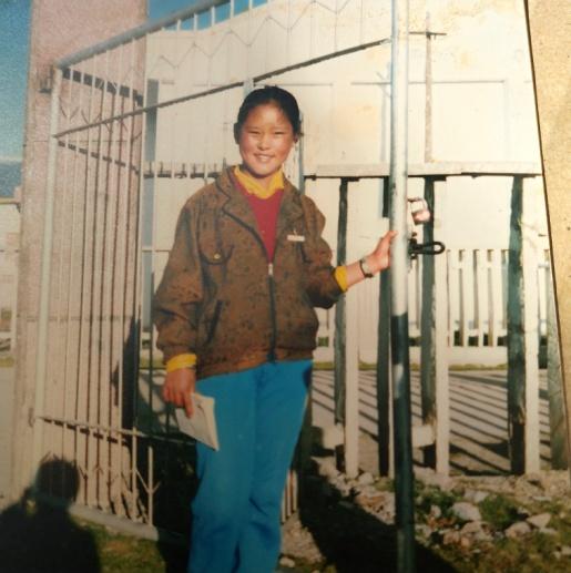 拍摄时间:1986年 拍摄地点:西藏 母亲被选为优秀学生代表去县里的学校当监考小老师。