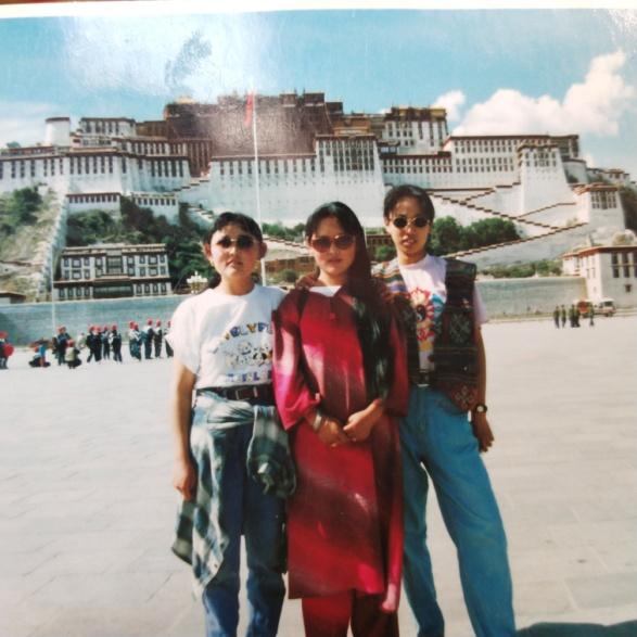 拍摄时间:1997年 拍摄地点:西藏拉萨/布达拉宫广场 C位:妈妈 白短袖:姨妈