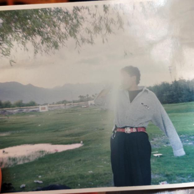 拍摄时间:1997年 拍摄地点:西藏 爸爸和朋友们去过林卡,手里还拿着一瓶啤酒,不过因为光线照得不清楚。