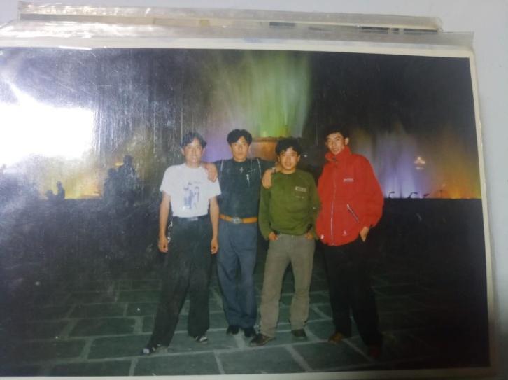 拍摄时间:1997年 拍摄地点:布达拉宫广场 爸爸说是在1997年认识妈妈的,他们那个年代很流行在照片背后写一行字送给朋友和喜欢的人,现在能找到的爸爸的老照片几乎都是那一年照的。