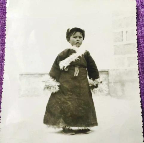 拍摄时间:1979年 拍摄地点:西藏自治区拉萨市当雄县羊八井乡老房子的院子 这是妈妈小时候,外婆看着这张照片说,这是你妈妈的经典表情,她不笑的时候就是这个样子,感觉想不明白什么东西。