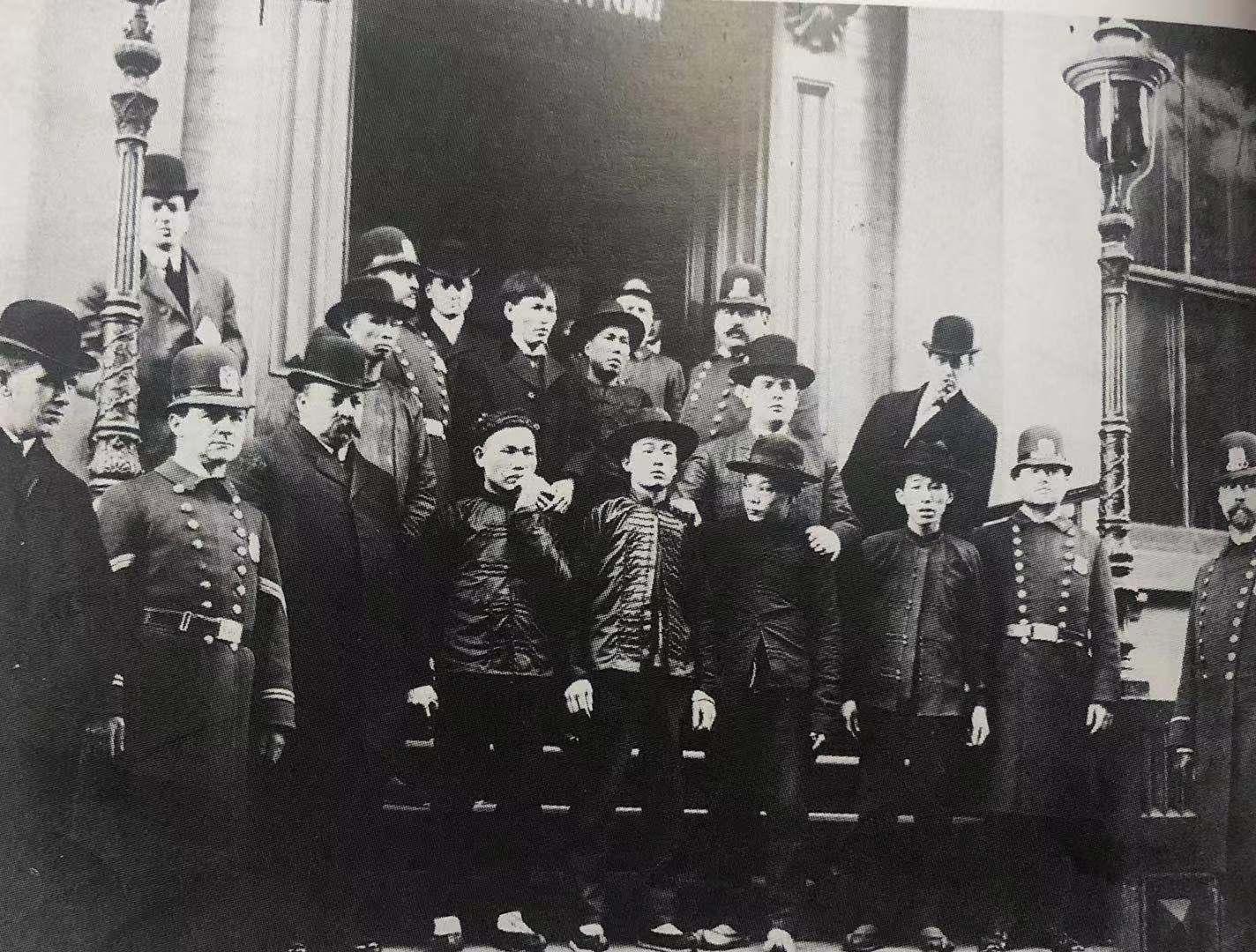 1906年被捕的华人与逮捕他们的警察在伊丽莎白街警察局门前合影