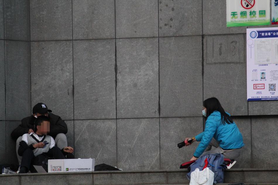 女记者给嫌犯和人质递饮料。澎湃新闻记者 熊强 图