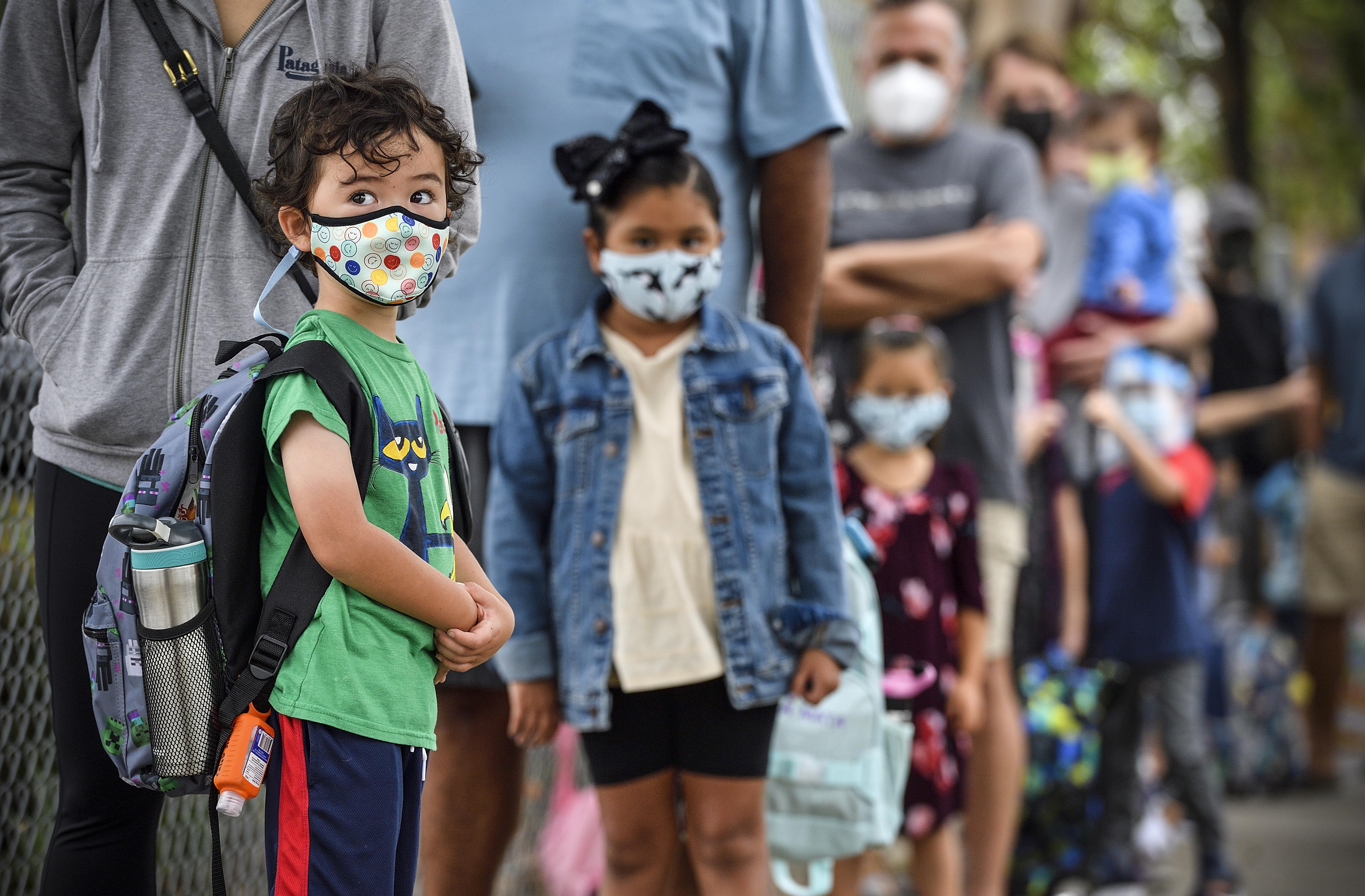 疫情期间,儿童返校。人民视觉 资料图