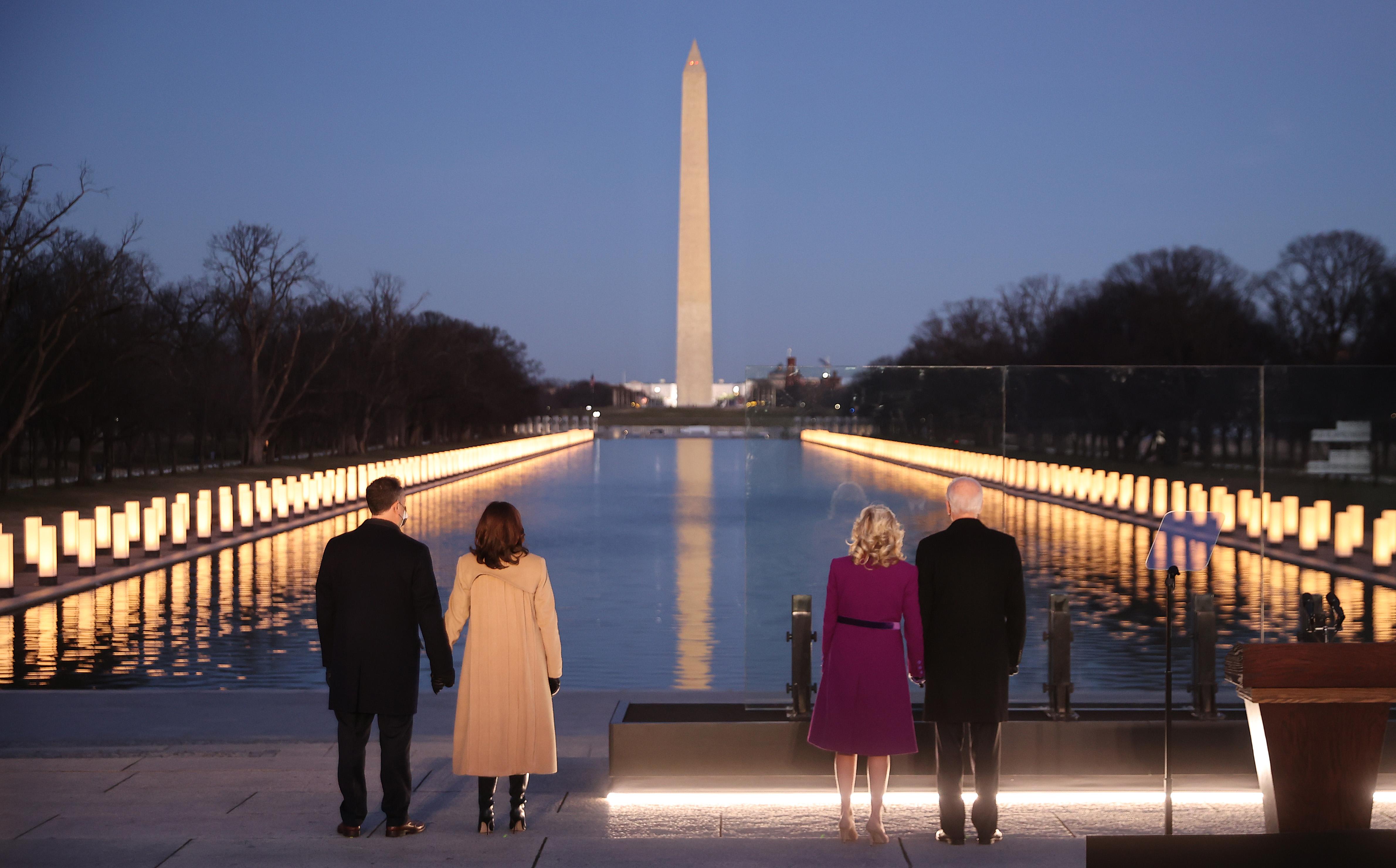 1月19日,美国当选总统拜登夫妇和当选副总统哈里斯夫妇参加美国40万新冠病亡者纪念活动。人民视觉 图