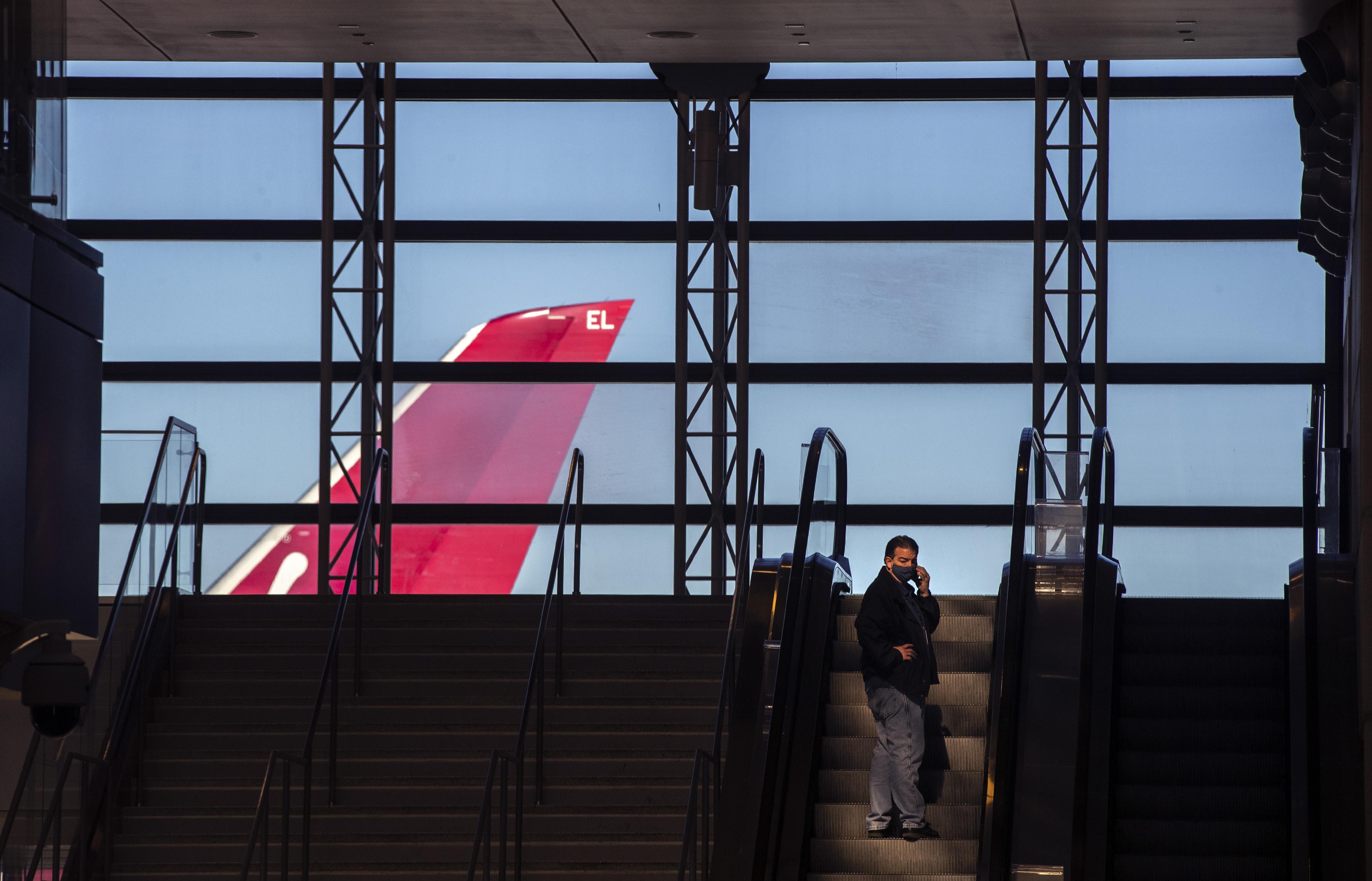疫情期间美国机场内等候的人。人民视觉 资料图
