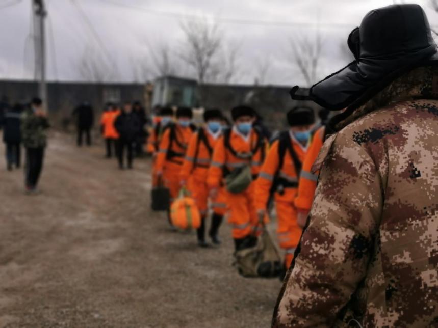 来自各地的救援人员陆续进场施救 本文图片均由澎湃新闻记者 张家然 摄