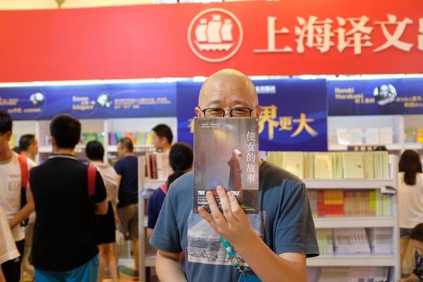 张亮在上海书展。他说,每年到书展神经就会兴奋起来,储存了一年的书展专属能量在这七天集中释放。