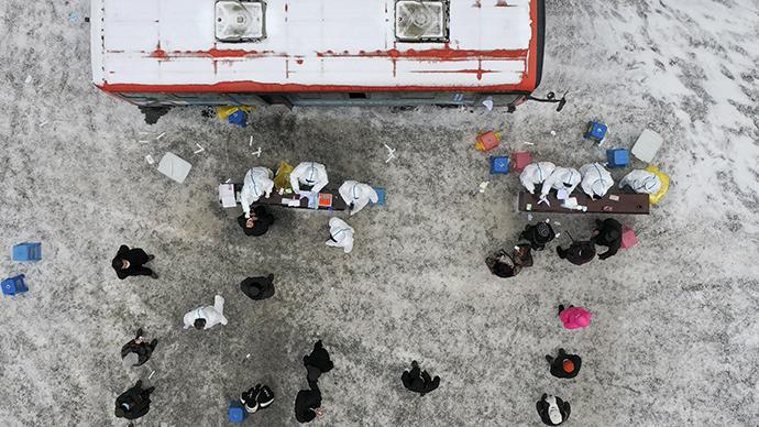 在通化市东昌区金厂镇金厂村核酸检测点,村民有序排队接受第二轮核酸检测采样(1月20日摄,无人机照片)。新华社 图
