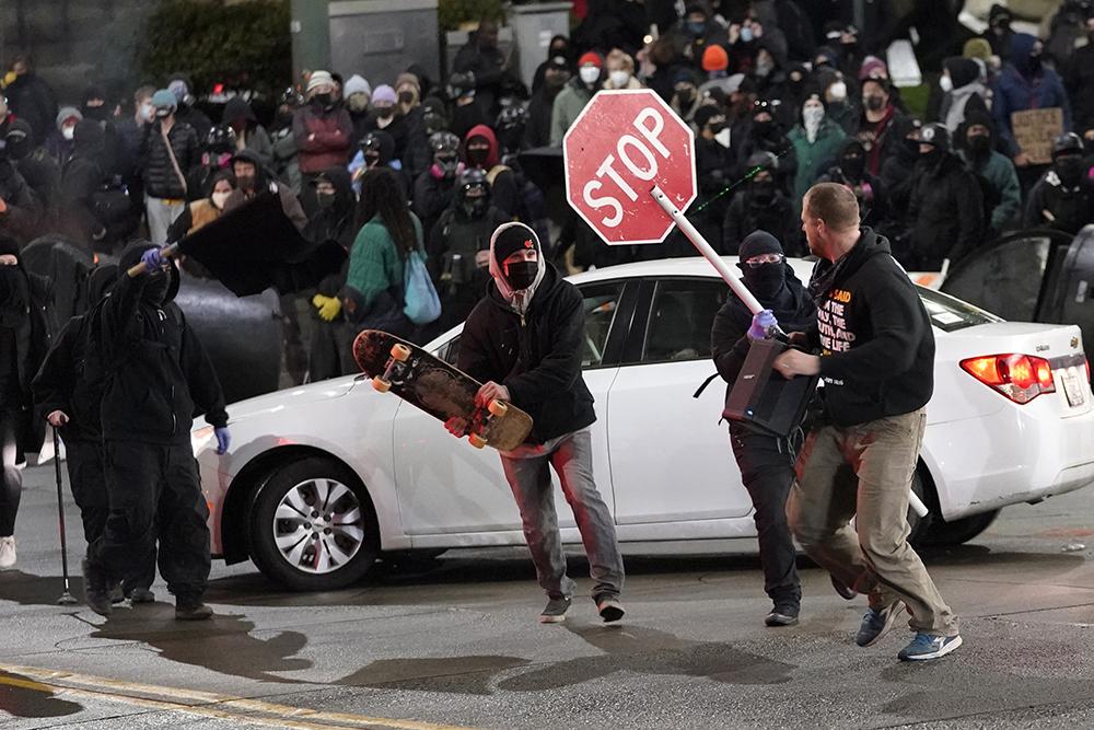 当地时间2021年1月24日,美国华盛顿州塔科马市,当地街头爆发民众抗议,示威者以暴力方式宣泄着他们的不满。据此前报道,塔科马市当地时间1月23日晚发生一起警车冲撞民众事件。媒体公布的视频显示,当晚有一辆警车突然从人群中冲出,至少造成一名民众受伤。