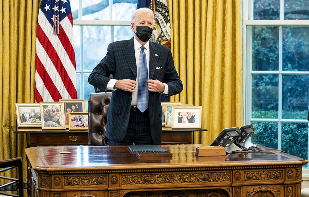 当地时间2021年1月25日,美国华盛顿特区,美国总统拜登当日在白宫签署行政令,撤销特朗普政府相关政策限制,允许跨性别者在美国军队服役,副总统哈里斯和防长劳埃德·奥斯汀也出席签署仪式。