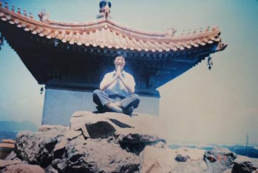 1999年,在颐和园的石块上,父亲在打坐。