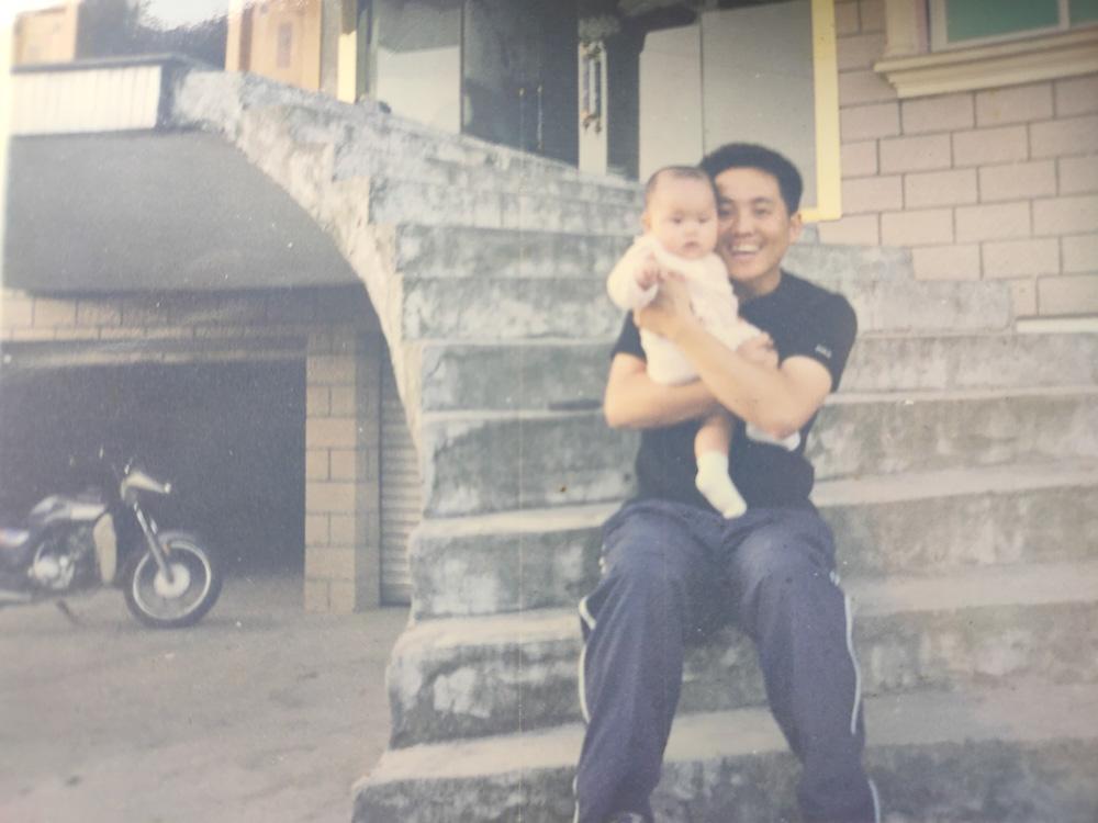 拍摄于2000年前后外婆家楼梯旁,爸爸和我。