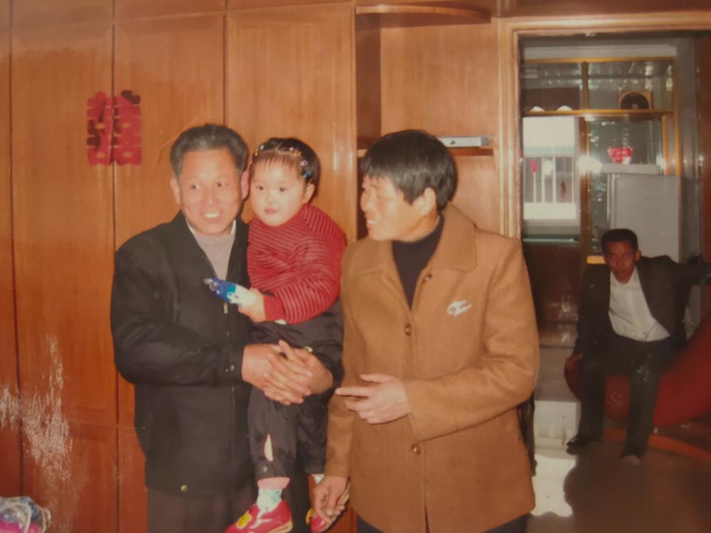 拍摄于2005年前后叔叔的新房中,爷爷奶奶和我。