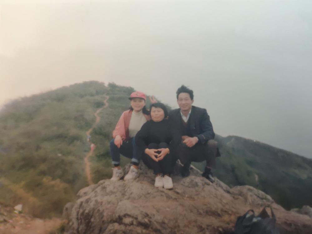 拍摄于90年代末的超山,妈妈、舅舅和外公外婆登山留念。