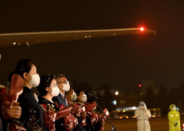当地时间2020年7月22日,美国务院在一份声明中称,要求中国驻休斯敦总领事馆在2020年7月24日下午4时前关闭。图为2020年8月17日晚,驻休斯敦总领事馆全体馆员乘包机抵达北京,外交部在首都机场举行简短庄重的迎接仪式。