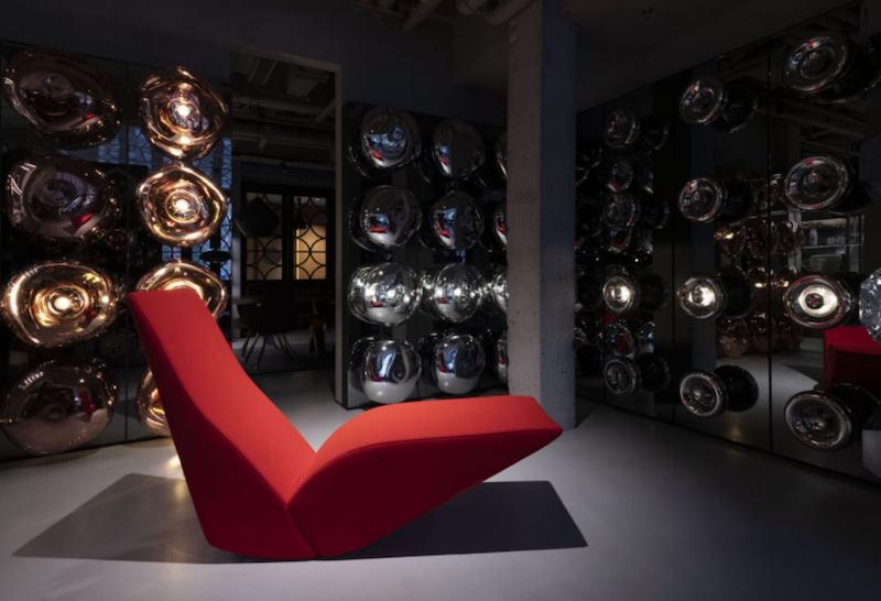 图为红色Bird椅和Tom Dixon设计的Melt系列墙灯