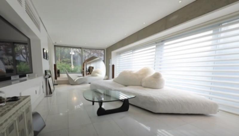 韩国影帝刘亚仁的家中就在靠近窗边的位置摆放了一把白色的Bird椅。