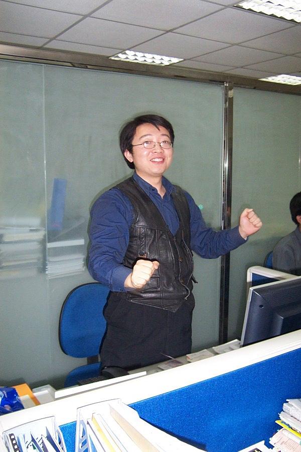 2002的张忆东,桌上液晶显示屏当时非常昂贵,是公司为其在当年6.24行情中为公司赚了钱而奖励。
