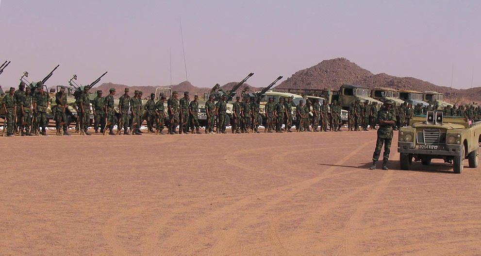 波利萨里奥阵线下属的武装人员集会,庆祝波利萨里奥阵线成立32周年