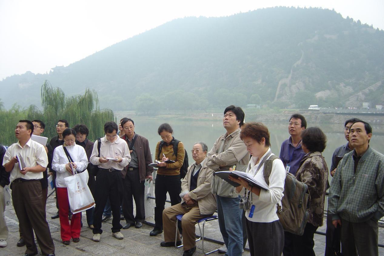 """图三:2004年9月25日宿白先生指导""""石窟考古报告培训班""""学员考察宾阳洞"""