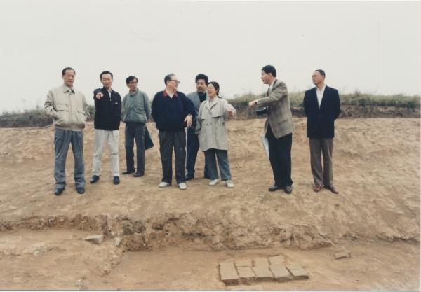 1996年10月30日,先生带领中方专家提前到达含元殿遗址检查工地。自左至右:张廷皓、周魁英、段鹏琦、宿白、刘云辉、安家瑶、晋宏奎、高本宪。