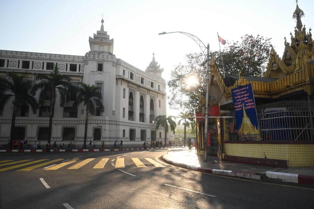 2月1日,缅甸仰光市政厅,街道上空空荡荡。