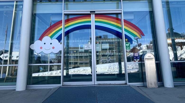 特罗姆瑟市政厅门口的鼓舞士气的彩虹标志。本文图片均由作者提供