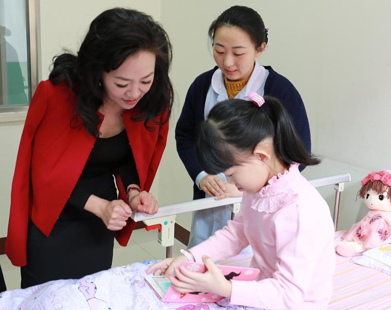 尚赫公益基金会创办人陈旻君女士探望手术后的欢欢