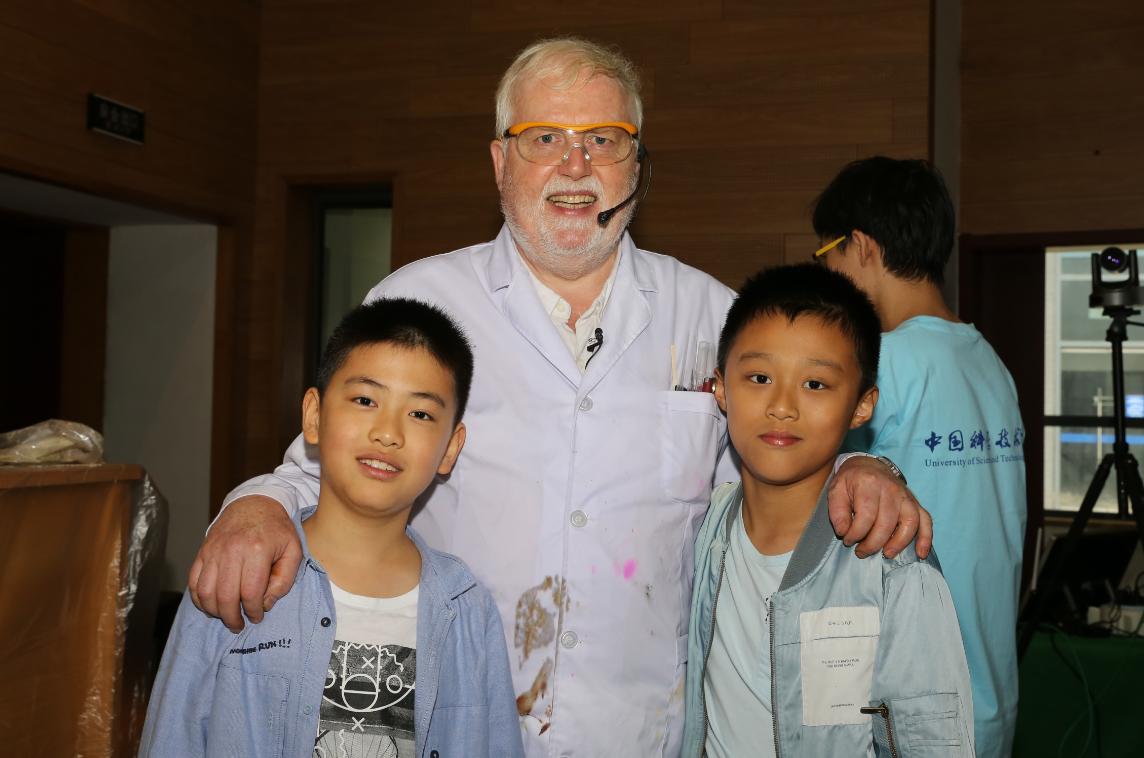 参与快手上市敲锣的快手用户:曾获中国当局友谊奖的英国牛津大学博士、北京化工大学特聘教授戴伟