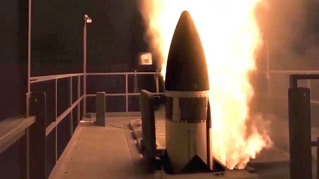 """美国海军""""宙斯盾""""战舰首次进行拦截洲际导弹试验。"""