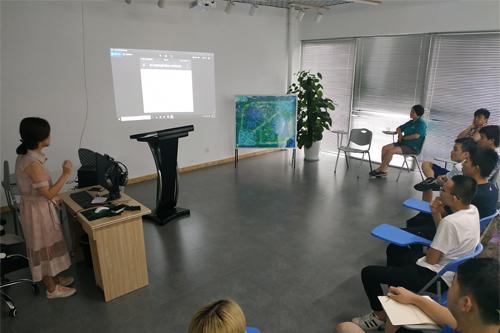 教师在讲授电竞产业课程。