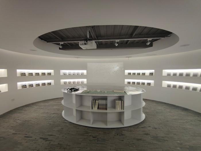 """""""艺术之桥空间""""内与书结合的小展厅,朱赢椿、徐冰等书籍和隈器餐具是如今的陈列,未来将随着主题变化陈设。"""