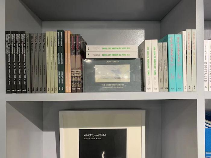 """""""艺术之桥空间""""的书架上,成排的国外展览画册"""
