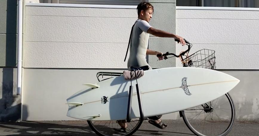 安藤每日骑单车去海边冲浪。受访者供图
