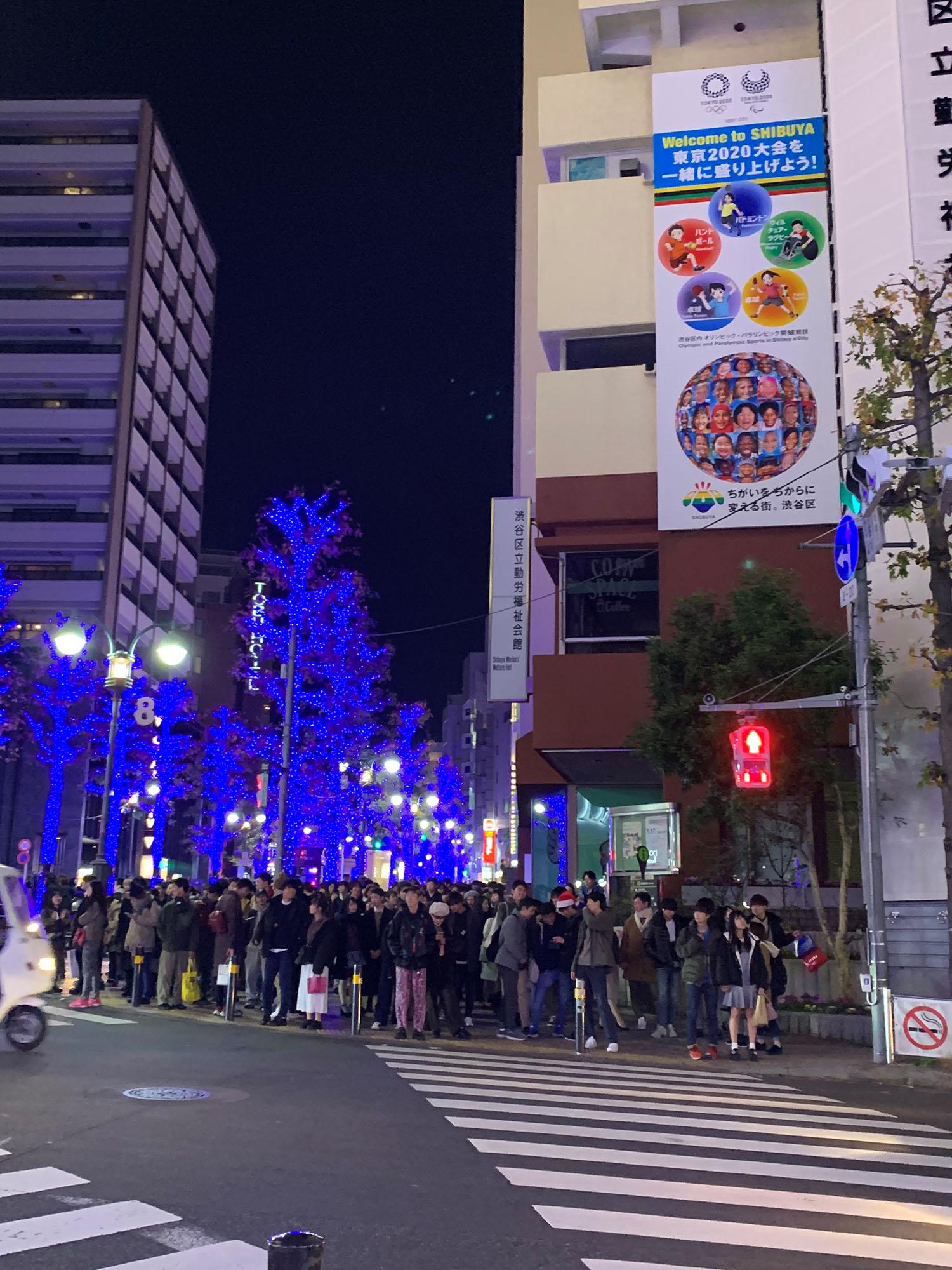 平安夜等待过马路的东京民众。 澎湃新闻记者 王昕然 图(摄于2019年)